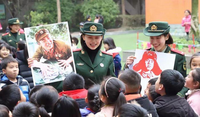 武警官兵走进外国语小学宣讲雷锋精神