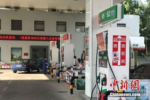 &#36164;&#26009;&#22270;:&#21271;&#20140;&#24066;&#21271;&#33489;&#36335;&#19978;&#20013;&#30707;&#21270;&#19968;&#21152;&#27833;&#31449;。 <a target='_blank' href='http://www.chinanews.com/' >&#20013;&#26032;&#32593;</a> &#31243;&#26149;&#38632; &#25668;
